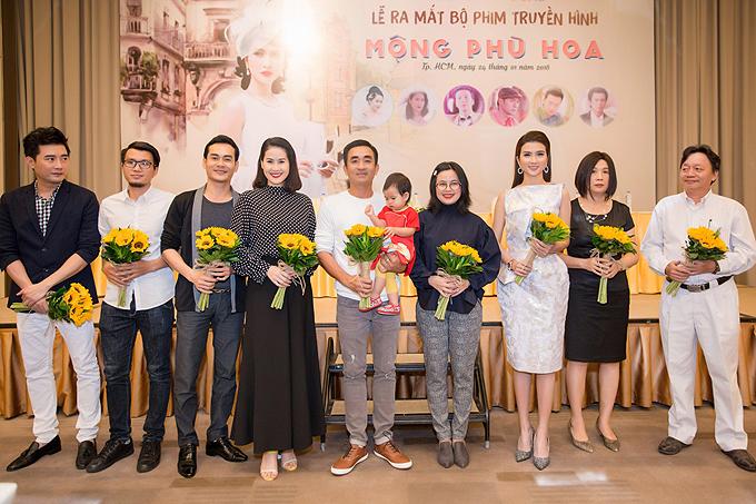Đoàn làm phim tại buổi ra mắt ởTP HCM. Mộng phù hoa dài 36 tập, phát sóng từ ngày 29/1.
