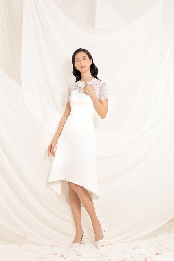 Váy đi tiệc cho mùa xuân 2018 vẫn chọn ren làm chất liệu chủ đạo, bên cạnh tông trắng quen thuộc là gam màu pastel nhẹ nhàng và sắc tím được dự báo sẽ tạo nên cơn sốt cho mùa mốt năm nay.