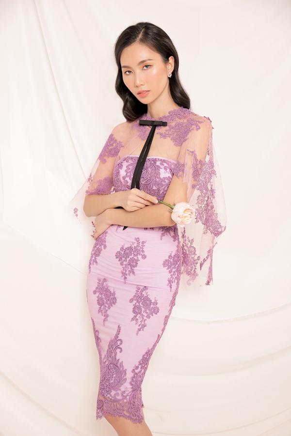Đi đôi với sắc trắng được nhiều nhà mốt Việt yêu thích khi sử dụng chất liệu vải ren là tông hồng nude, hồng pastel, tím hồngđược phối hợp một cách uyển chuyển qua các dáng váy xòe, chân váy xếp tầng.