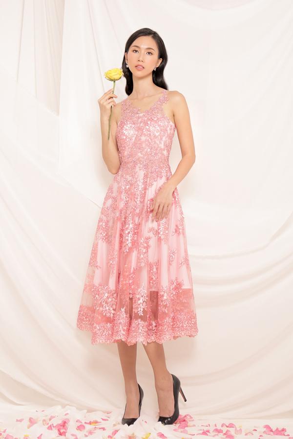 Tập trung khai thác các kiểu dáng váy hiện đại, bộ sưu tập đã mang tới những gợi ý thú vị cho bạn gái văn phòng trong việc chọn trang phục hợp mốt để tham gia tiệc tùng cuối năm.