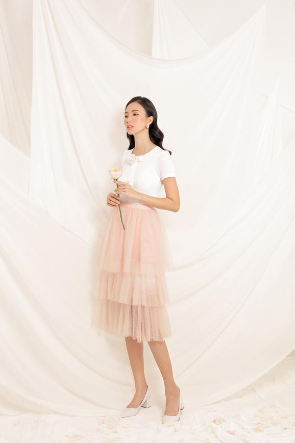 Bộ ảnh được thực hiện với sự hỗ trợ của nhiếp ảnh Nguyễn Du, stylist Hensi Lê, người mẫu Trần Thanh Thủy, trang điểm Đinh Trần, Assitant Kin.