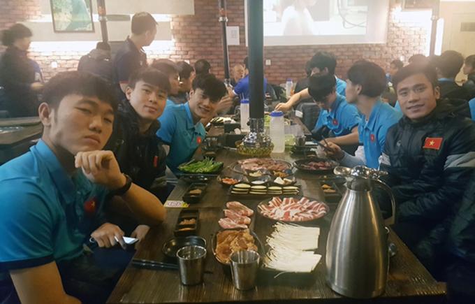 Trước đó, hôm 24/1,HLV Park Hang Seo dành trọn cả ngày để các cầu thủ nghỉ ngơi, đi xông hơihồi phục sau hai trận liên tiếp vắt kiệt sức. Buổi tối, cả độicùng nhau thưởng thức BBQ tại một nhà hàng Hàn Quốc.