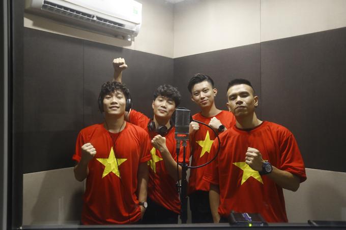 Các thành viên của OPlus trong buổi thu âm đêm 25/1.