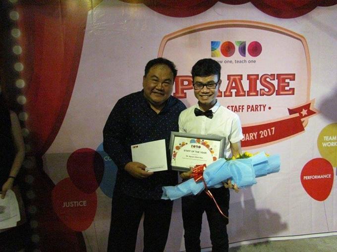 Hiếu nhận giải Nhân viên xuất sắc trong buổi tổng kết của trung tâm dạy nghề.