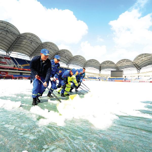 Tuyết rơi từ sớm, sân Thường Châu ngập tuyết dày đặc - 9