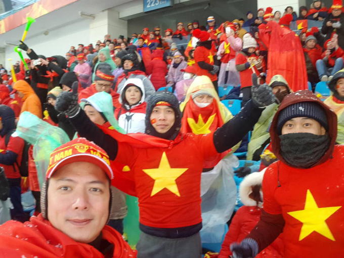 Bình Minh cùng các cổ động viên Việt Nam tại sân vận động Thường Châu cổ vũ tinh thần cho U23 Việt Nam. Anh rất thương các cầu thủ khi phải thi đấu trong điều kiện thời tiết tuyết lạnh.