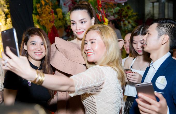 Hiếm khi có dịp gặp Hà Hồ ngoài đời, nhiều người tranh thủ ghi lại khoảnh khắc bên nữ ca sĩ xinh đẹp.