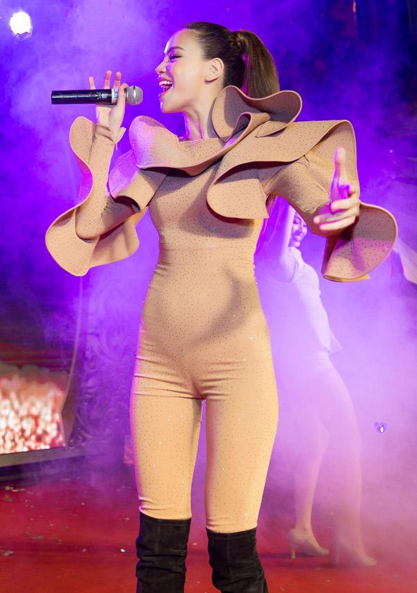 Nữ hoàng giải trí diện jumpsuit khoe vóc dáng mảnh mai vàbiểu diễn 3 ca khúc sôi động Destiny, Bay theo ngân hà,Xuân đã về tặng các khách mời.