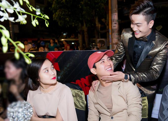 Hoài Lâm rất vui khi gặp gỡ bạn thân là ca sĩ TiTi - trưởng nhóm HKT. TiTi đang hợp tác kinh doanh mỹ phẩm cùng đàn chịNhật Kim Anh.