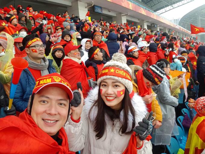 Đáp chuyến bay vào lúc 4h sáng nay (27/1), Bình Minh đã có kịp có mặt tại sân vận động Thường Châu để theo dõi trận chung kết giữa U23 Việt Nam và U23 Uzbekistan. Cựu siêu mẫu vui vẻ gặp Á hậu Thanh Tú trên khán đài. Cả hai cùng chịu đựng cái lạnh -4C để cổ vũ cho đội tuyển quốc gia.