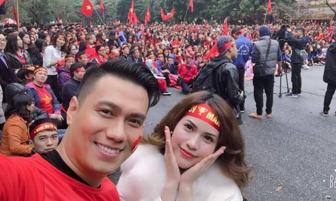 Vợ chồng diễn viên Việt Anh lại đến sân trường Đại học Kinh tế Quốc dân Hà Nội để cổ vũ cho U23 Việt Nam cùng hàng ngàn sinh viên.