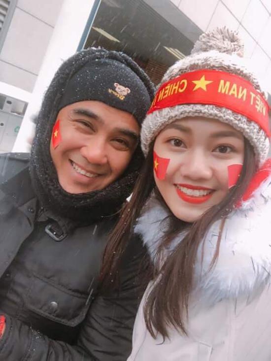 MC Quyền Linh cũng chia sẻ, anh rất thương đội tuyển U23 Việt Nam phải thi đấu trong điều kiện khắc nghiệt. Bản thân anh mặc quần áo ấm, đội mũ và quàng khăn kín mà vẫn buốt tay chân.