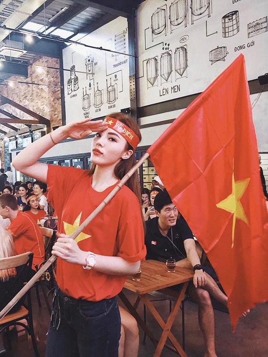 Tại Việt Nam, nhiều sao Việt khác trong đó có Hoa hậu Kỳ Duyên cũng hoà vào không khí cổ vũ bóng đá sôi động. Cô đến một quán cafe để theo dõi trận chung kết cùng bạn bè.