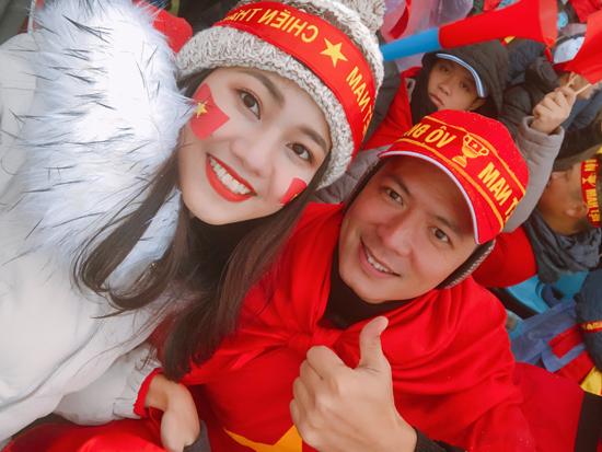 Thanh Tú đã sang Thường Châu từ hai ngày trước. Thời tiết lạnh giá và tuyết rơi dày đặc khiến cô lo lắng không ngừng cho các cầu thủ.
