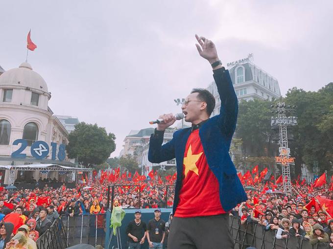 Hôm nay (27/1) là sinh nhật tròn 35 tuổi của MC Thành Trung. Tuy nhiên, thay vì tổ chức tiệc mừng, anh đã có mặt tại khu vực Nhà hát Lớn Hà Nội để khuấy động không khí náo nhiệt của hàng nghìn khán giả. Thành Trung cho biết, đây là sinh nhật ý nghĩa nhất cuộc đời anh.