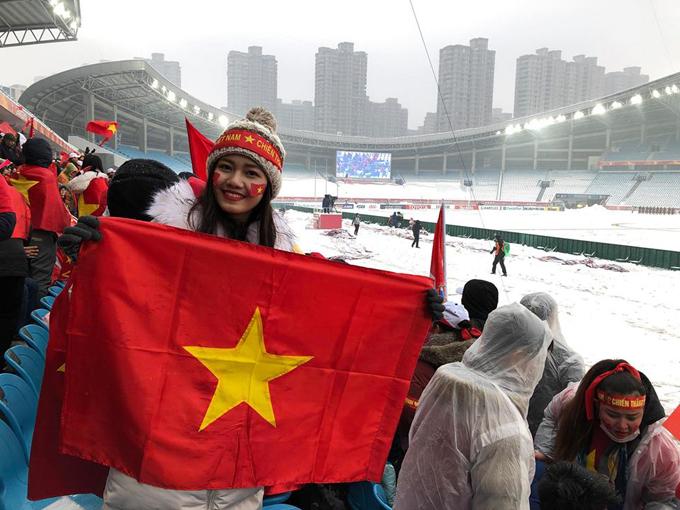 Á hậu Thanh Tú cùng những người bạn mang cờ Tổ quốc và hình ảnh của các cầu thủ đến sân vận động. Cô nói, khán đài sân Thường Châu phủ kín màu đỏ của các cổ động viên Việt Nam.