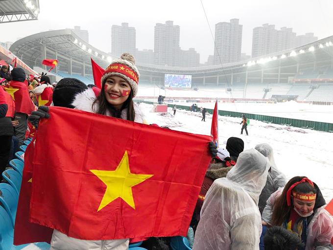 Thanh Tú kể, giây phút Quang Hải ghi bàn gỡ hoà tỷ số 1-1, cả sân vận động đã vỡ oà. Mọi người ôm lấy nhau reo hò.