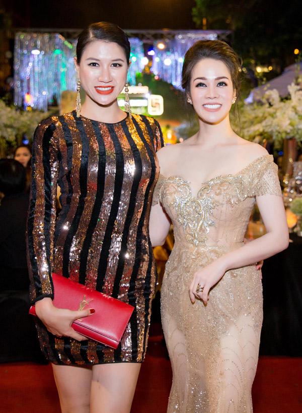 Trang Trần tới chúc mừng Nhật Kim Anh khai trương trụ sở công ty mỹ phẩm ở TP HCM và ra mắt vai trò chủ tịch hội đồng quản trị kiêm người sáng lập thương hiệu mới.
