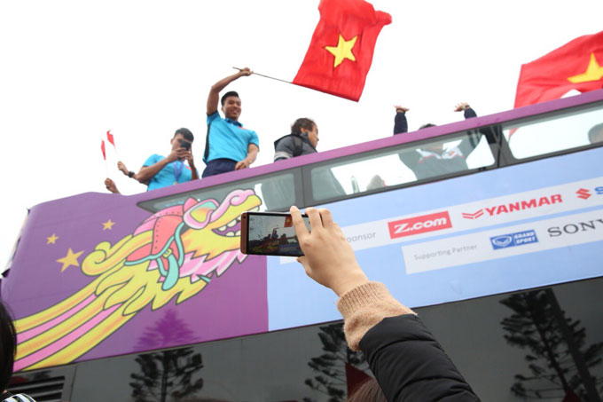 Không khí hâm mộ cuồng nhiệt trong ngày Hà Nội mưa rét.