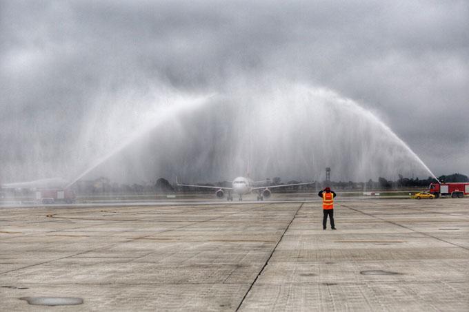 Chuyên cơ chở U23 Việt Nam được vòi rồng chào đón khi vừa hạ cánh xuống Nội Bài lúc 13h05.
