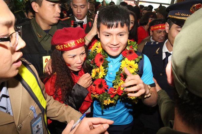 Quang Hải và mẹ vui đoàn tụ. Cả bố và em trai tiền vệ Hà Nội có mặt từ sớm để đón người hùng.