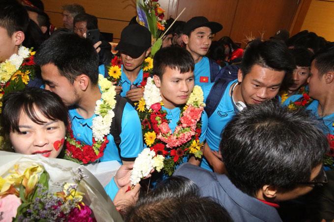 Các cầu thủ trong vòng vây người hâm mộ ở sảnh Nội Bài.