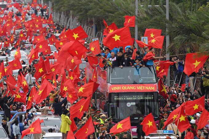 Cờ đỏ rợp trời ngay tại Nội Bài.
