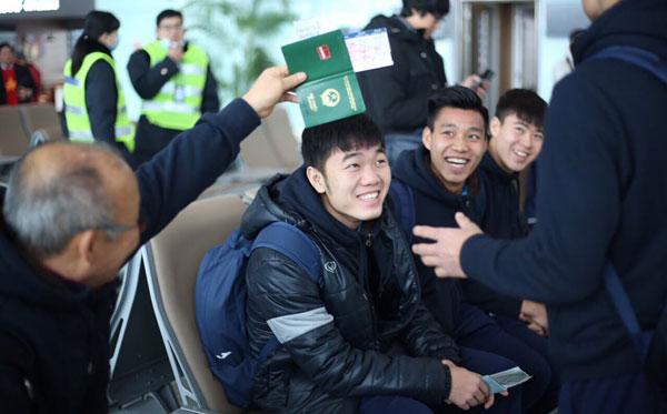 Thầy trò Park Hang-seo ở sân bay Trung Quốc. Ảnh: Đức Đồng.