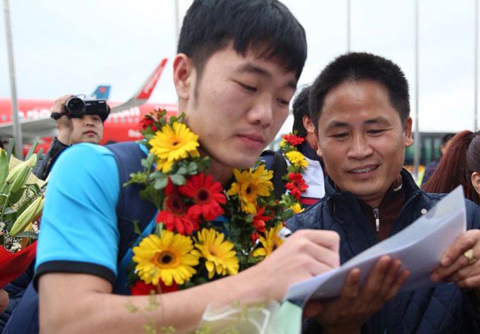 Đội trưởng Xuân Trường ký tặng fan.