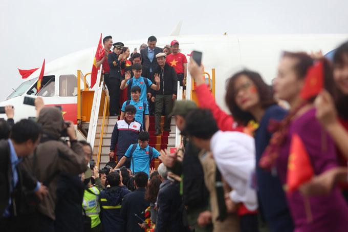 ... và các học trò được chào đón từ cửa máy bay.