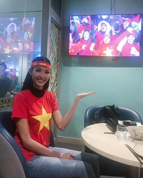 Hoàng Thùy cũng không bỏ lỡ cơ hội theo dõi trận chung kết U23 châu Á giữa đội tuyển Việt Nam và Uzbekistan.