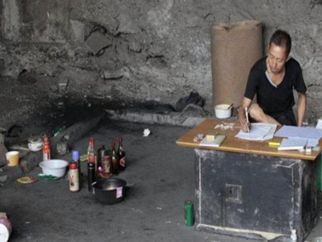 Wang đơn độc sống dưới gầm một cây cầu ở Trùng Khánh.