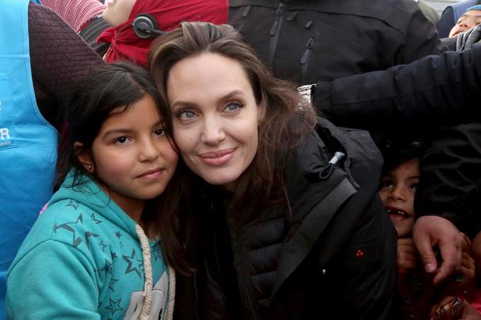 Angelina Jolie rất gần gũi với những dân nơi đây.