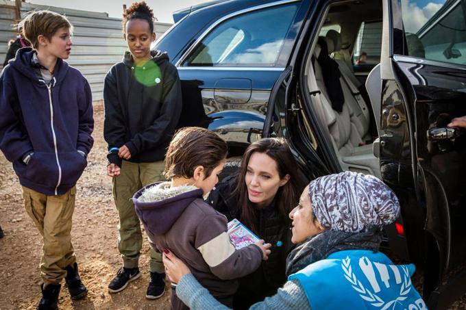 Zahara chăm chú nhìn mẹ hỏi thăm một em nhỏ. Việc theo mẹ tới các trại tị nạn vượt qua muôn dặm đường khó khăn và nguy hiểm giúp các cô bé thấu hiểu và yêu thương nhiều hơn.