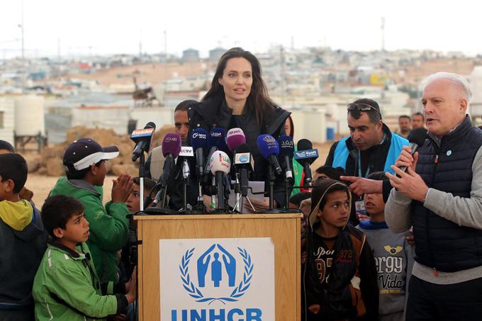 Thật đau lòng khi trở lại Jordan và chứng kiến mức độ khó khăn và những chấn thương của người tị nạn Syria khi cuộc nội chiến bước sang năm thứ 8. Trợ giúp nhân đạo không phải là một giải pháp lâu dài, không ai muốn thoát khỏi viện trợ hơn là những gia đình Syria. Một giải pháp chính trị khả thi là cách duy nhất để tạo điều kiện cho họ có thể trở về, kết thúc những nỗi đau và căng thẳng ở nước nhà, Angelina kêu gọi các nhà chức trách và Liên hợp quốc trong chuyến thăm tại Jordan hôm chủ nhật.