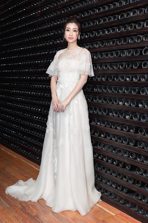 Hoa hậu VN 2016 Đỗ Mỹ Linh hòa cùng trào lưu sử dụngmốt váy công chúa với thiết kế  váy bồng xòe, gam màu trắng thanh nhã của Lê Thanh Hòa.