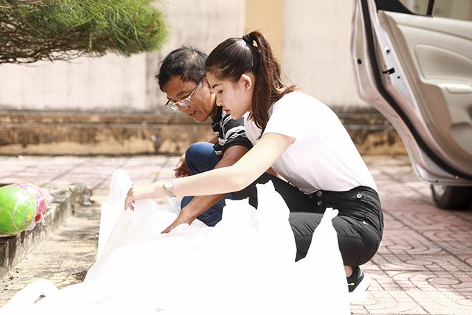 Ngân Anh vừa cùng bố ghé thăm, giúp đỡ bà con nghèo vùng biển thuộc xã Bình Châu, huyện Xuyên Mộc, tỉnh Bà Rịa -Vũng Tàu.