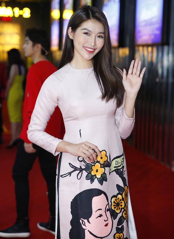 Người mẫu Quỳnh Châu mặc áo dài nền nã làm MC sự kiện này.