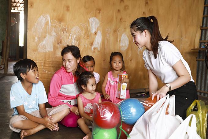 Sau đó, cô đến thăm một số gia đình có hoàn cảnh đặc biệt.