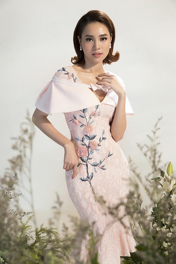 Họa tiết hoa 3D chính là điểm nhấn của bộ sưu tập này. Với màu sắc nổi bật trên nền váy áo, những cánh hoa được đính nổi khối đã góp phần tạo nên chiều sâu cho từngthiết kế, giúp người mặc trở nên thu hút hơn trước người đối diện.