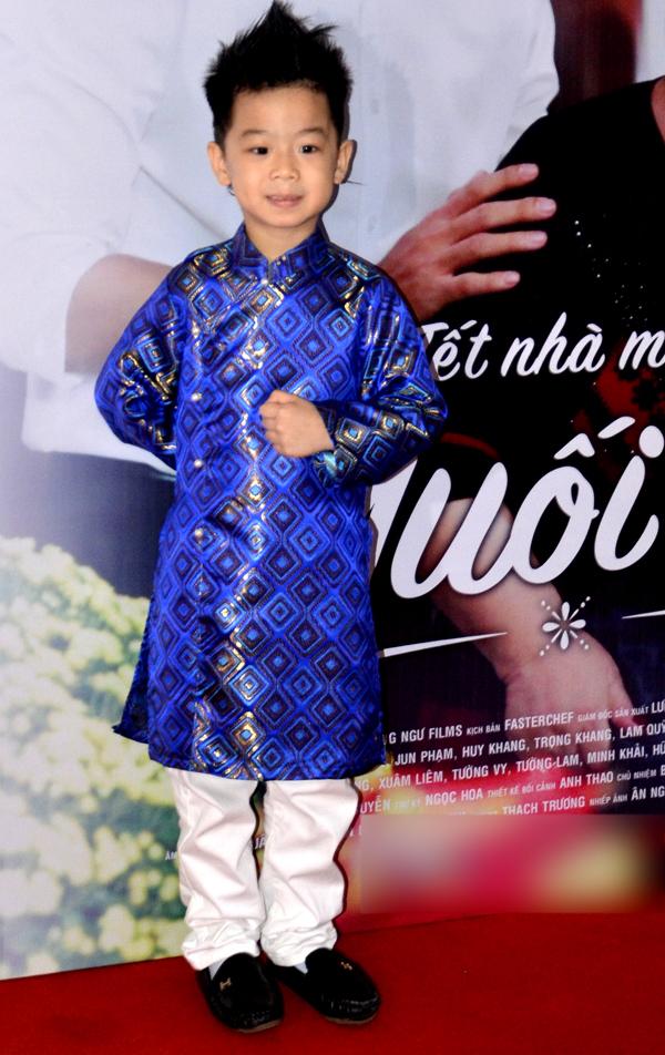 Người mẫu nhí Sushi Đăng Khôi diện áo dài chỉn chu dự buổi ra mắt phim.
