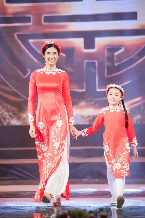 Hoa hậu Ngọc Hân cho biết, bộ sưu tập áo dài Tết Cánh én mùa xuân được cô thực hiện trong vòng hơn một tháng với những họa tiết hoa đào và chim én, gợi nhớ không khí rộn ràng của ngày xuân.