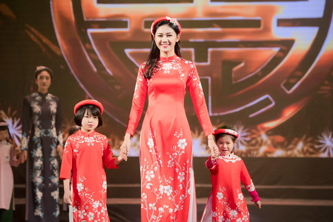Không chỉ mời Á hậu Thanh Tú catwalk, Ngọc Hân còn cho các em nhỏ tại làng trẻ SOS xuất hiện trên sân khấu.