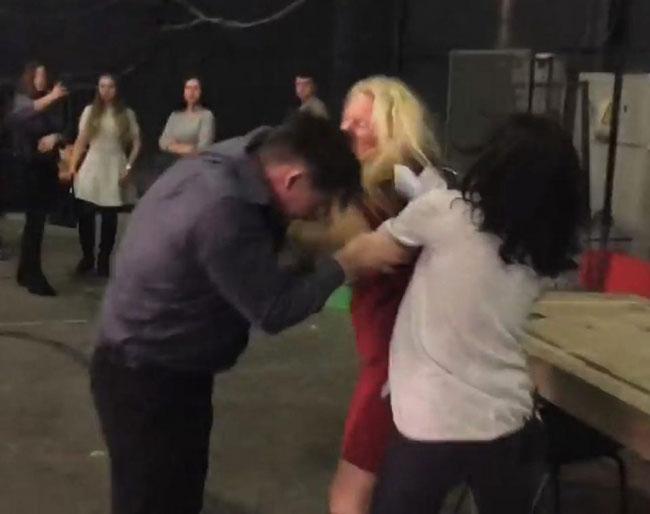 Vợ đánh chồng bầm mặt trong hậu trường vì phát hiện chồng ngoại tình