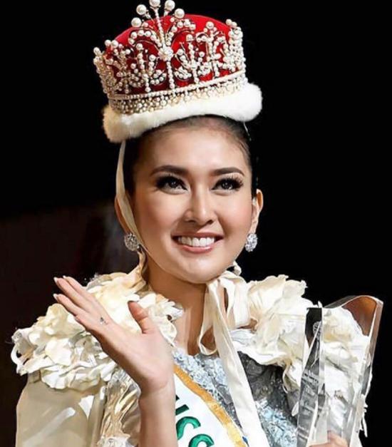Đứng thứ hai trong bảng xếp hạng là Hoa hậu Quốc tế Kevin Lilliana. Người đẹp Indonesia năm nay 21 tuổi, đang là sinh viên chuyên ngành Thiết kế nội thất của Đại học Maranatha Christian tại Indonesia.