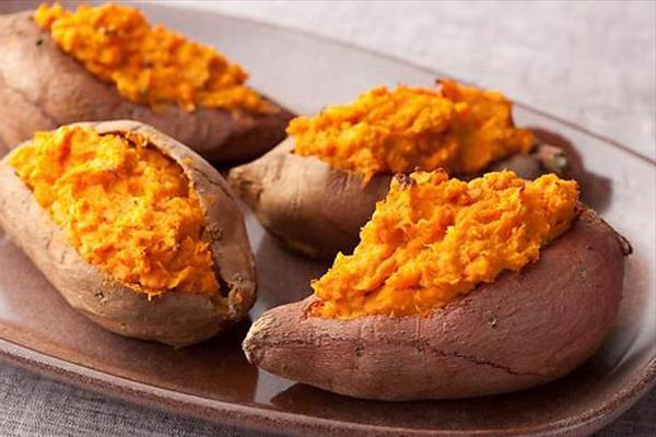 Khoai lang chứa nhiều beta carotene - tiền chất của vitamin A, giúp da đầu chắc khỏe, kích thích mọc tóc.
