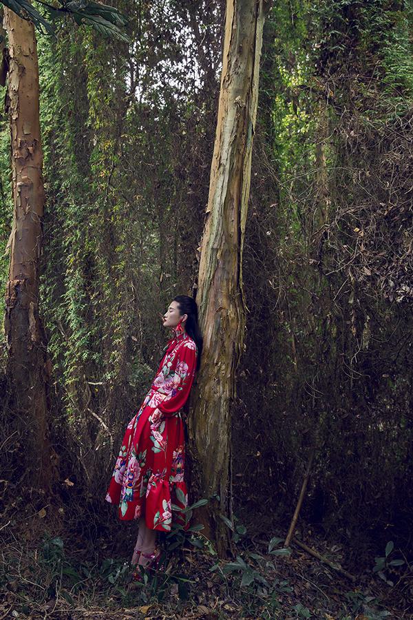 Trung thành với cách tạo điểm nhấn cho váy áo của phái đẹp bằng việc thể hiện hoa văn, hoạ tiết bắt mắt, hai nhà thiết kế đã phác hoạ nên bức tranh sinh động qua từng bộ cánh hợp xu hướng xuân hè 2018.