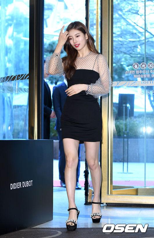 Chiều 31/1, Bae Suzy dự buổi ký tặng người hâm mộ tại một cửa hàng thuộcLotte, Sogong-dong, Jung-gu, Seoul. Ngôi sao Hàn khoe chân dài, eo thonvới váy ngắn, kết hợp với sandal cao gót.