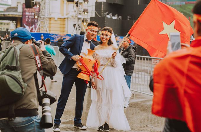 Khi cả team chụp xong, họ cố ý về qua nhà hát lớn để cô dâu chú dể xuống hòa mình vào dòng người cổ vũ cho U23, khi đó nhiếp ảnh gia sẽ bắt những khoảng khắc tự nhiên nhất của họ.