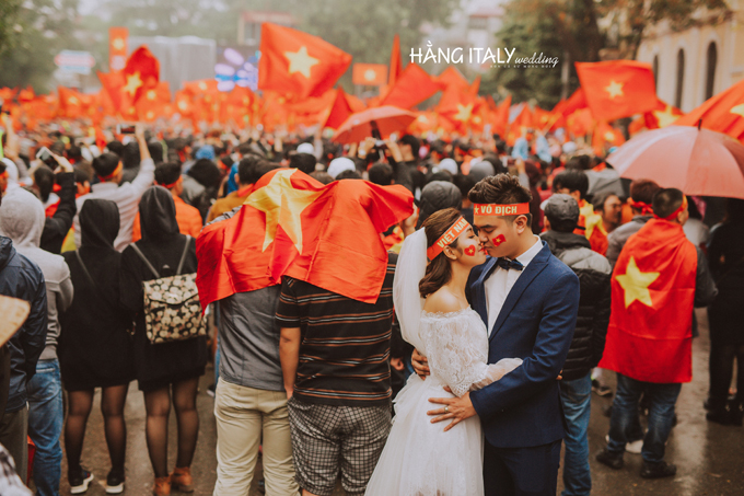 Chính cái không xắp đặt, tạo dáng như bất cứ bộ ảnh cưới nào khác đã mang lại cảm xúc chân thật cho tình yêu của họ và U23 Việt Nam,